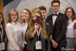 uczestnicy konkursu prawa kanonicznego na ściance z główną nagrodą - indeksem