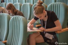 uczennica pisząca konkurs prawa kanonicznego na UKSW w Warszawie