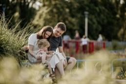 fotografia rodzinna na ławce w parku